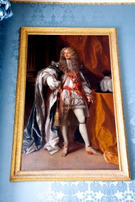 If you are going to be the Lord of the manor, you have to dress the part. Note the red heels (very stylish) and the garter.